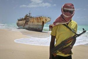 Piráti menia profesiu, stále však zadržiavajú desiatky rukojemníkov.