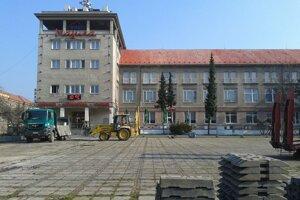 V Prievidzi pred hotelom Magura už rekonštrukcia začala.