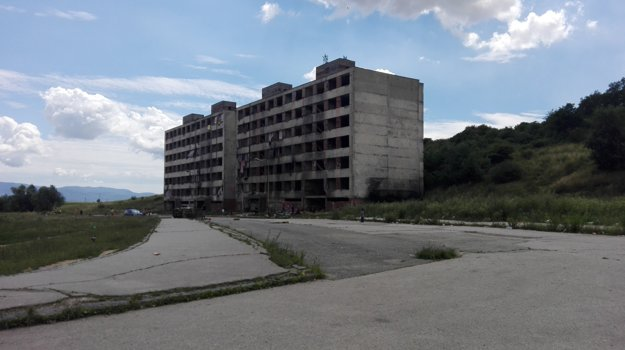 Ďalší dom musia zbúrať. Hrebendovu 26 – 28 (vpravo) pre narušenú statiku zlikvidujú, každý rok ide dole jeden.