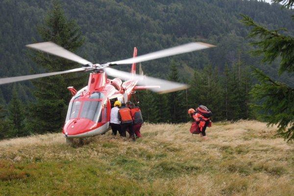 Na pomoc prišiel i vrtuľník.