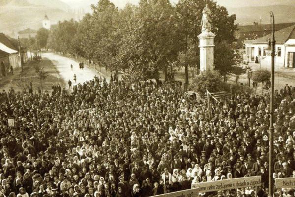 Fotografia zroku 1919, prvomájové zhromaždenie na námestí. FOTO: MONOGRAFIA MESTA