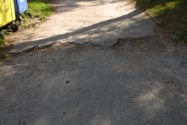 Obyvatelia si sťažujú aj na nekvalitné prístupové cesty.