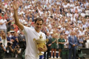 Roger Federer po zisku svojej ôsmej trofeje vo Wimbledone.