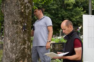 Pracovníci SAV pri meraní stromov.