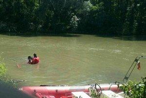 Hasiči a potápači prehľadávajú Malý Dunaj.