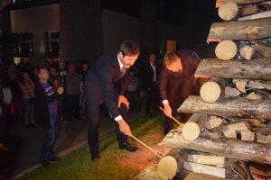 Neodmysliteľnou súčasťou osláv bolo aj podpálenie vatry zvrchovanosti.