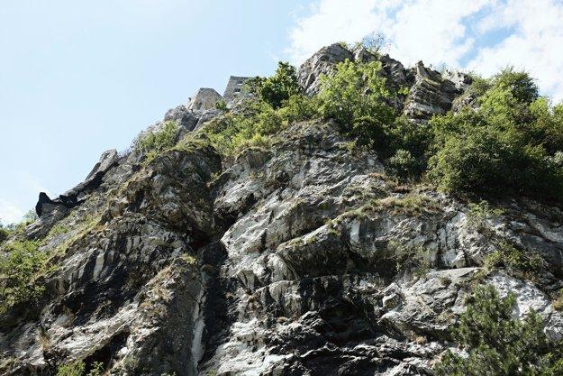 Z tohto brala padajú skaly.