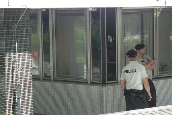 Budovu súdu strážia policajti.