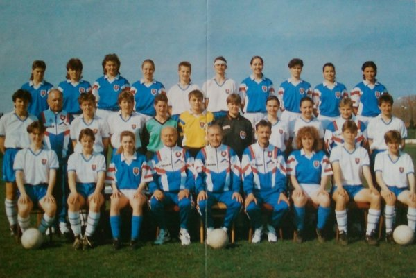 Bardejovčan na lavičke národného tímu. Reprezentácia žien Slovenska vroku 1995 so svojím hlavným trénerom Jozefom Tarcalom (vdolnom rade štvrtý zľava).