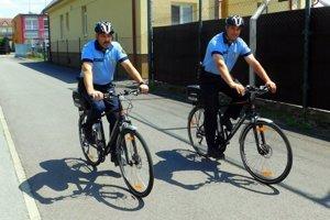 Mestskí policajti hliadkujú na bicykloch.