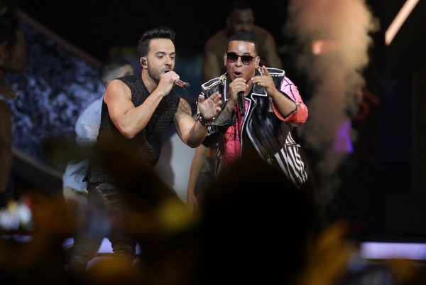 Luis Fonsi, vľavo a Daddy Yankeepočas vystúpenia na Latin Billboard Awards.