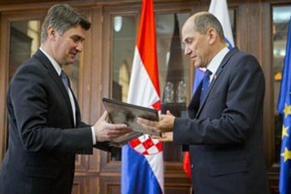 Chorvátsky premiér Zoran Milanovič (vľavo) sa rozpráva so svojím slovinským partnerom Janezom Janšom počas ich marcového stretnutia v Mokriciach.