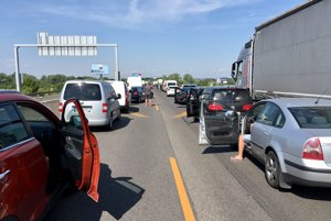 Po nehode sa na diaľnici D1 vytvorila kolóna.