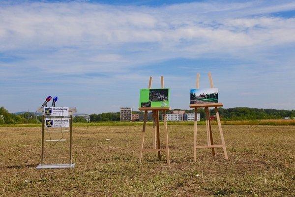 Pohľad na lokalitu pri obytnej zóne Slnečnice v Petržalke, kde kraj plánuje za kruhovým objazdom vybudovať rodinný park pod názvom Family Park.