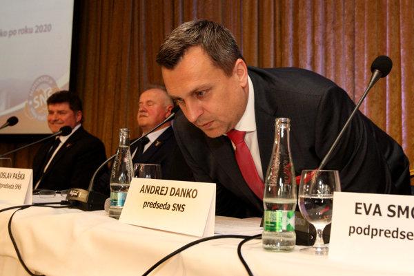 Kritikov predsedu SNS Andreja Danka pribúda, štýl jeho vedenia považujú za autokratický.