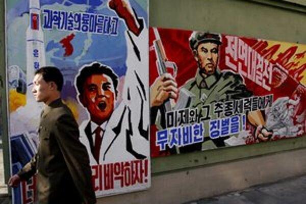 Severokórejská propaganda pripravuje ľudí na vojnu aj plagátmi v uliciach Pchjongjangu.