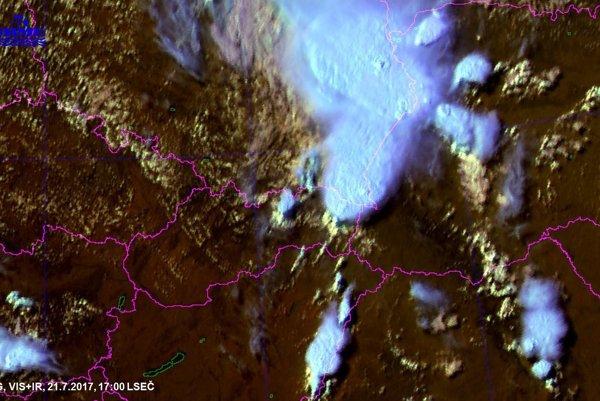 Výrazné búrky nad Zemplínom o 17. hodine.