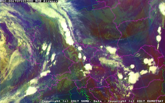 Pohľad z družice o 15.00 h. Oba pásy oblačnosti postupujú smerom na východ.