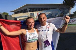 Gabriela Gajanová pózuje so svojím trénerom Pavlom Sloukom.