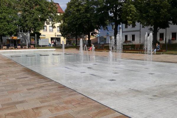 Fontána na námestí nebude striekať vodu od pondelka 24. júla.