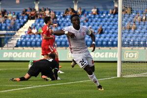 Hilary Gong Chuhwak oslavuje svoj gól do siete Senice pri víťazstve 2:1.
