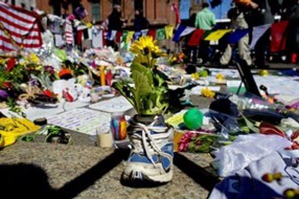 Po celých Spojených štátoch vznikajú improvizované pamätníky na počesť bostonského atentátu.