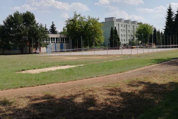 Klasické ihrisko pri škole sa zmení na multifunkčné.