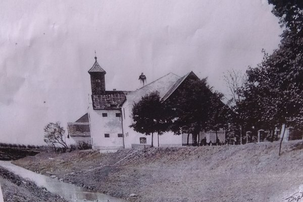 Kaplnka s lazaretom na historickej snímke.