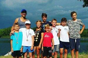 Úspešní mladí kajakári z Nových Zámkov s trénerom Radimom Králom