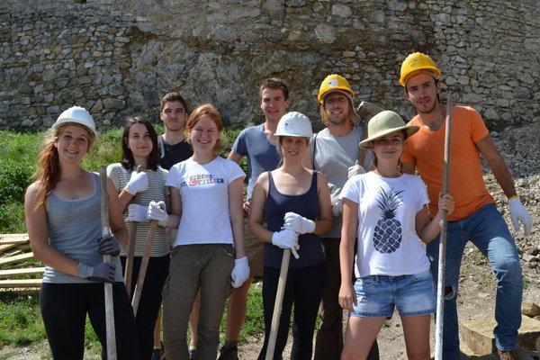 Dobrovoľníci na Brekovskom hrade.