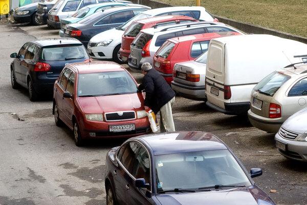 V Petržalke sa bežne parkuje na neutráli, aby si vodiči mohli navzájom odtlačiť autá a vycúvať.