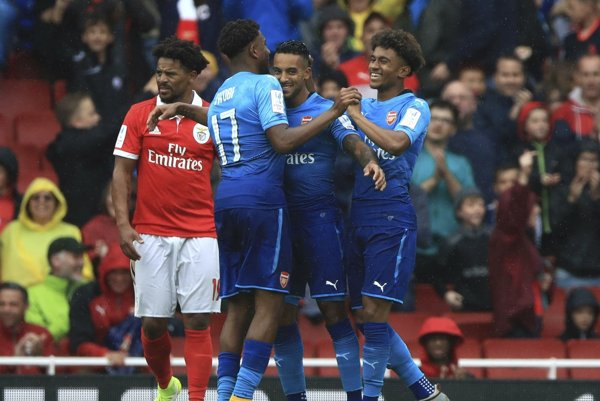 Hráči Arsenalu sa radujú po jednom z piatich gólov.