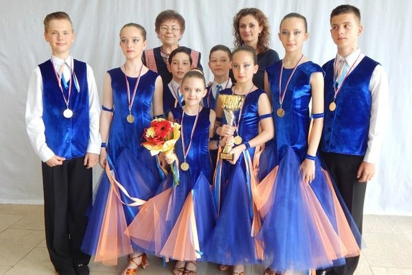 Úspešní tanečníci so svojimi trénerkami.