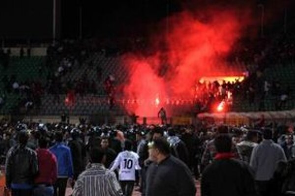 Po zápase vybehli fanúšikovia na trávnik a nasledovali potýčky, ktoré si vyžiadali desiatky obetí na životoch.