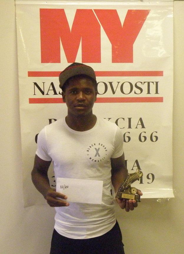 Víťaz súťaže o najkrajší gól jari v regióne Tapiwa Tawanda Muchaya s cenou.