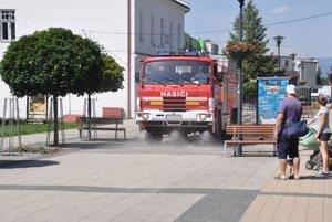 Zavlažovanie v kúpeľnom meste robia hasiči z Dolnej Štubne.