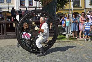 Účastník podujatia na jednokolesovom motocykli francúza Ericha Edisona Putona z roku 1894.