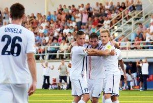 V radostnom klbku sú strelci oboch gólov - Peter Orávik a Róbert Gešnábel.