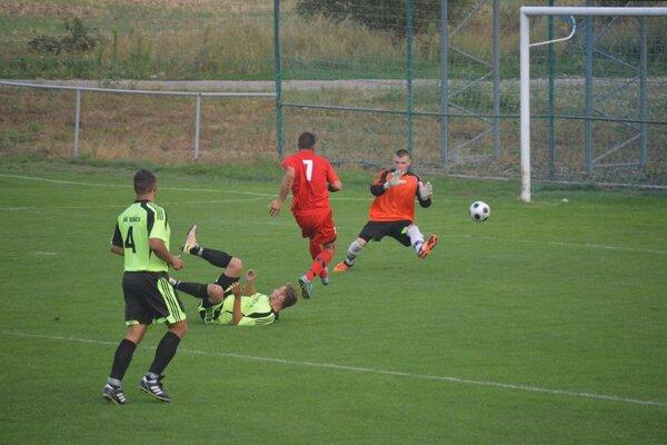 Bošáca (v zelenom) začala sezónu prehrou vo Veľkých Bierovciach/Opatovciach.