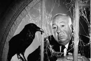 Propagačná fotka Alfreda Hitchcocka k jeho novému filmu Vtáci (1962).