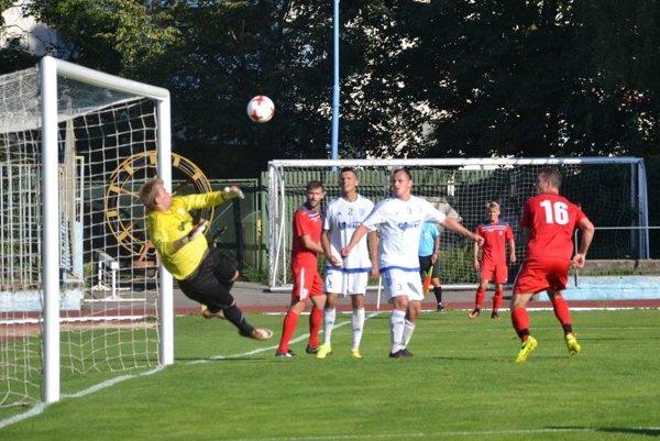 Dubničan Čurik (vpravo v červenom) otvára hlavičkou skóre zápasu Dubnica - Beluša.