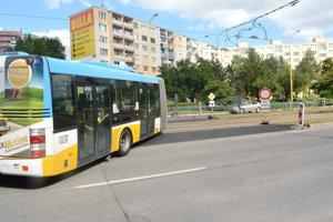 Otočka za magistrátom. Môžu ju využívať len autobusy. Občas to riskne aj nejaké-to auto.