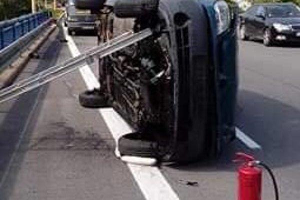 Prevrátený Renault Kangoo. Vodič mal šťastie, že sa vážnejšie nezranil.