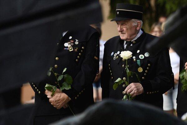 Členovia Handlovského banského spolku držia čestnú stráž pri pamätníku počas Dňa bielych ruží.