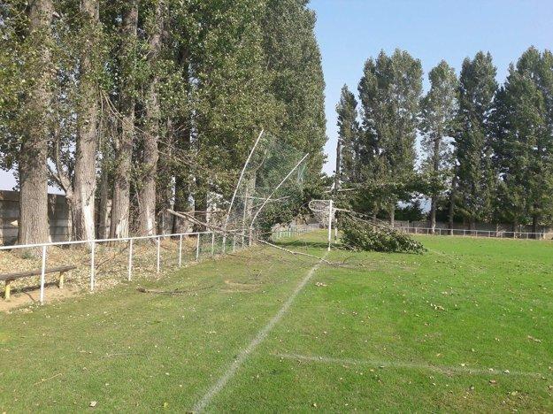 Strom spadol na konštrukciu bránky.