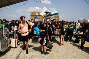 Prvé vystúpenie sa začalo o 14:00. Mnoho ľudí ešte stále čaká na kontrolu pri vstupe.