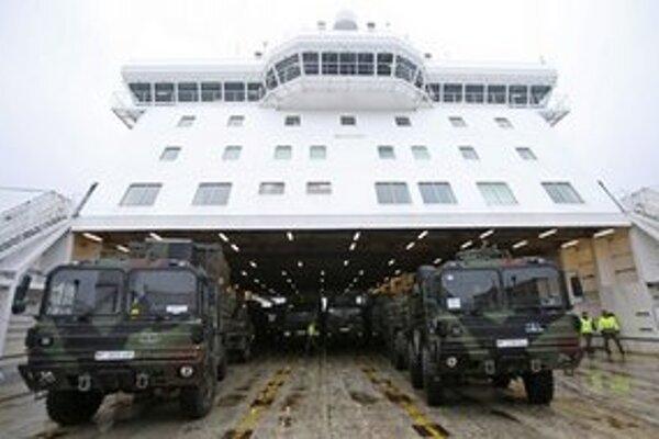 Nemecké vozidlá systému Patriot na lodi.