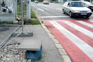 Tlačidlo len pre zdravých. Vozičkár a mamičky s kočíkmi musia riskovať pohyb po frekventovanej ceste v protismere.