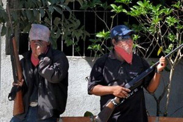 Ozbrojení mexickí civilisti v meste Teconoapa.