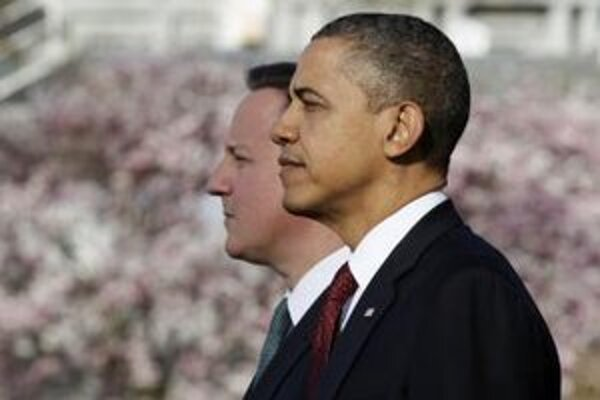 Americký prezident Barack Obama (vpravo) stojí po boku britského premiéra Davida Camerona.